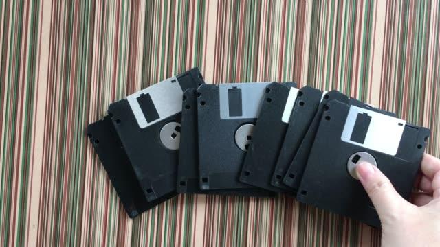 vídeos y material grabado en eventos de stock de persona comprobación de una unidad de disquete diskette - disquete