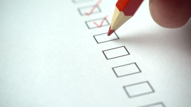 사람이 선택 하는 빨간 연필로 명부. 검사 목록, 4 k의 모든 확인란 - 검사 보기 스톡 비디오 및 b-롤 화면