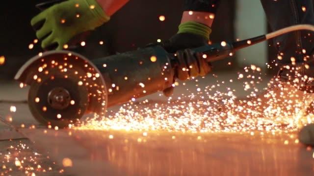 bir açı değirmeni ile metal kesme kişi - demir stok videoları ve detay görüntü çekimi