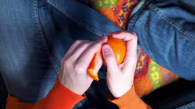 person essen mandarine - geschält stock-videos und b-roll-filmmaterial