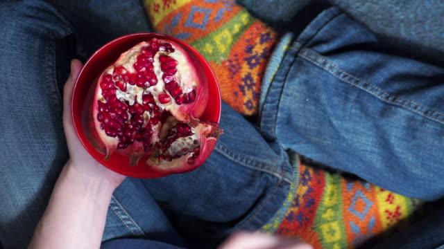 vídeos de stock e filmes b-roll de person eating pomegranate - romã