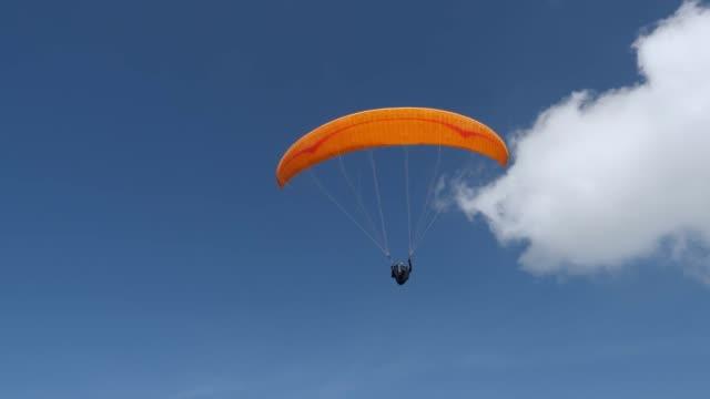 person flying on paraglide - парапланеризм стоковые видео и кадры b-roll