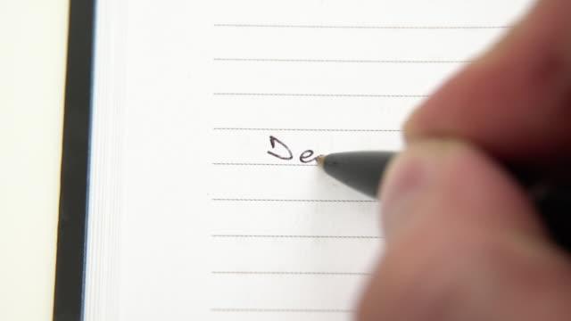 vidéos et rushes de main de personne écrivant le secret dans le journal. réfléchir sur le passé, écrire un journal avec un stylo - conseiller(ère) pédagogique