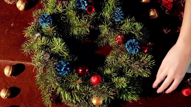 Person, die einen traditionellen Weihnachtskranz – Video