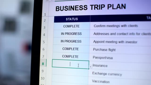 persona che fa lo stato completo a un'attività del piano di viaggio d'affari, prontezza - to do list video stock e b–roll