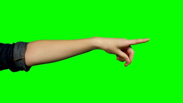stockvideo's en b-roll-footage met persoon maken handgebaar tegen groen schermachtergrond - hand pointing