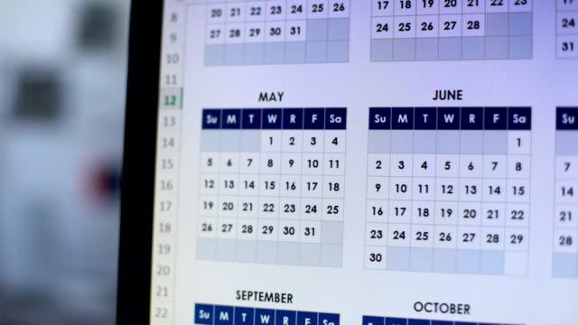 vídeos y material grabado en eventos de stock de fecha de marcado de la persona en el calendario en línea en el ordenador con rojo, día importante - memorial day weekend