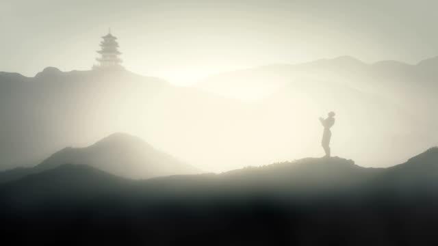 日本の塔と日本の山で瞑想する人 - 仏塔点の映像素材/bロール