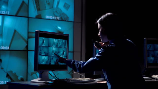 person som övervakar sluten krets övervakning - vakta bildbanksvideor och videomaterial från bakom kulisserna