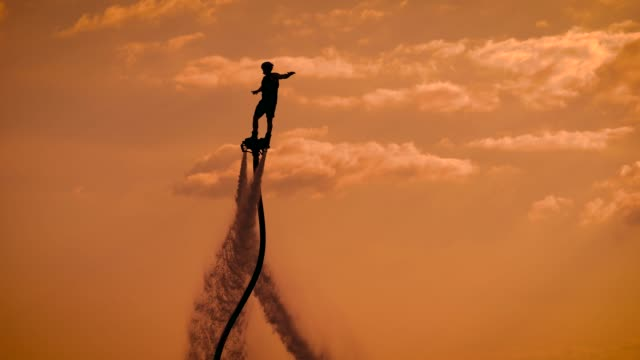 person, die auf dem flyboard durch die luft treibt - stuntman stock-videos und b-roll-filmmaterial