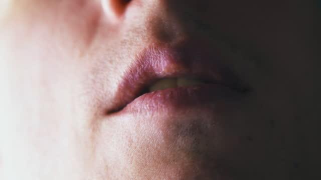 stockvideo's en b-roll-footage met persoon loopt tong op de lippen en sluit de mond na het scheren - tong mond
