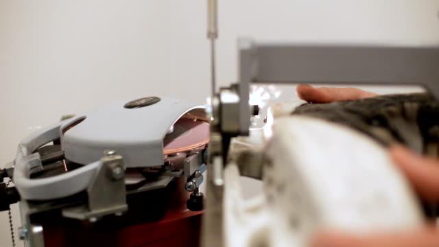 vídeos de stock, filmes e b-roll de a pessoa aguça a lâmina do patim com closeup da ferramenta da máquina de moagem - afiado