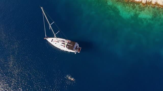 vídeos de stock, filmes e b-roll de vista aérea da piscina para pessoas perto do barco - multicóptero