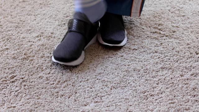 柔らかいカーペットでスニーカーを脱ぐ人 - 靴点の映像素材/bロール