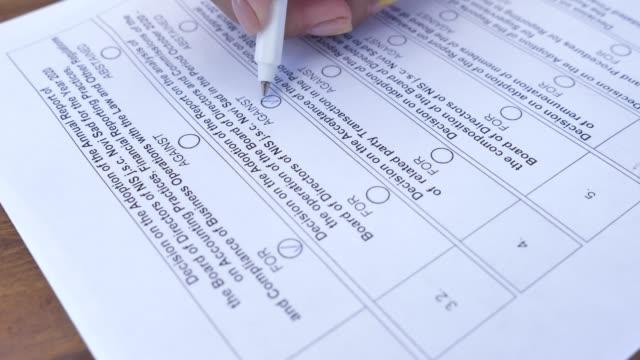 vídeos de stock, filmes e b-roll de person ticks checkbox marks in questionnaire or application form. a favor ou contra ou abstivedo - questionário