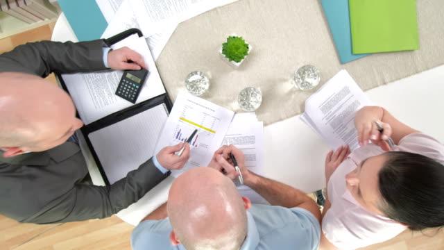 vídeos y material grabado en eventos de stock de grulla de alta definición: personal financial advisor comunicación con los clientes - planificación financiera