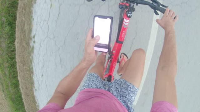 自転車に乗りながらスマート フォンを使用して ms 個人遠近法男 - マルチタスク点の映像素材/bロール