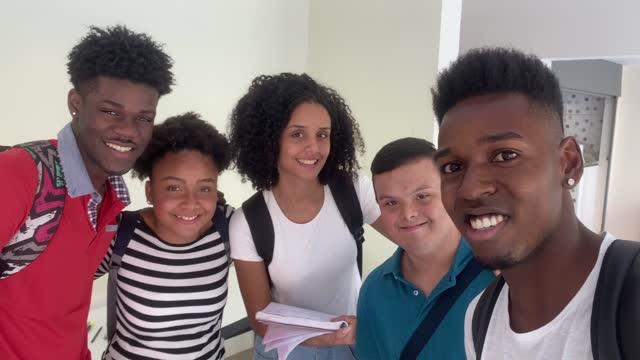 自撮りする学生のグループの個人的な視点 - disabilitycollection点の映像素材/bロール