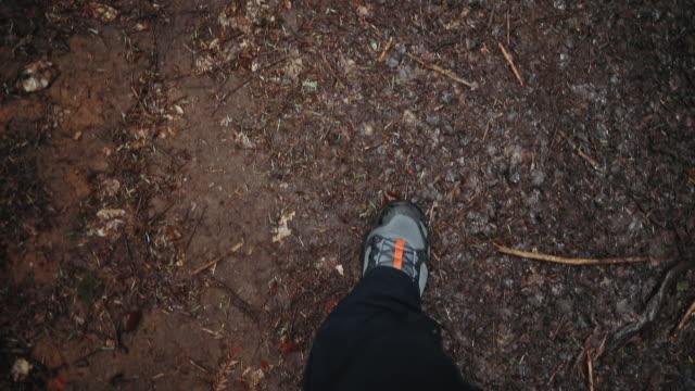 prospettiva personale degli stivali degli escursionisti su strada sterrata - arto umano video stock e b–roll