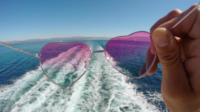 stockvideo's en b-roll-footage met pov persoonlijk perspectief van het zetten van de zonnebril - cruise