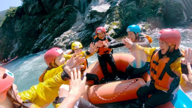 vidéos et rushes de point de vue personnel d'un groupe de personnes célébrant le succès tout en eaux vives rafting en rivière - paysage extrême
