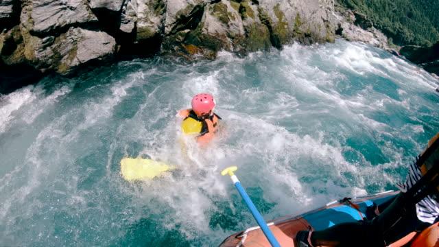 Persoonlijke standpunt van een rivier van de white water raften excursie video