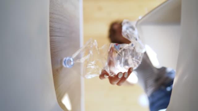 vídeos de stock, filmes e b-roll de ponto de vista pessoal quando mulher que joga frascos plásticos - garrafa