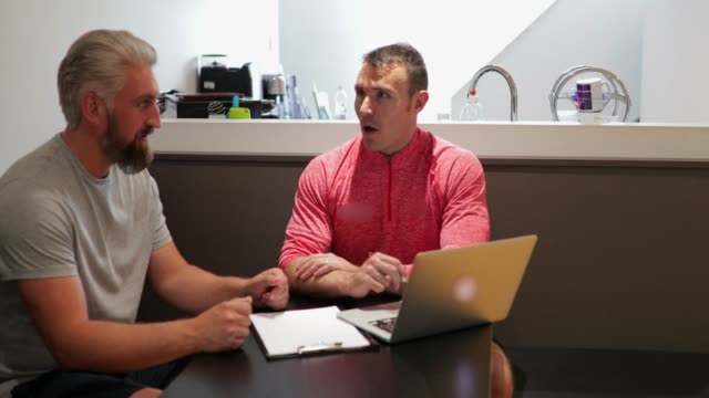 vídeos de stock, filmes e b-roll de personal trainer e reunião de cliente antes de uma sessão de treinamento - personal trainer