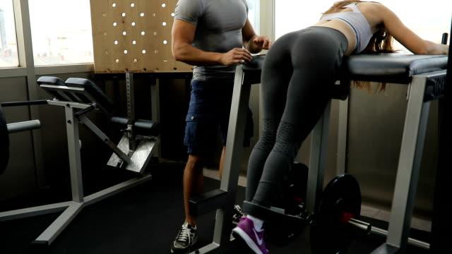 Entrenador personal docente ejercicio chica - vídeo
