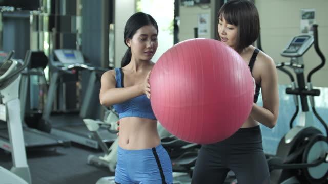 ジムでフィットネス ボールとパーソナル トレーニング トレーニング - 有酸素運動点の映像素材/bロール