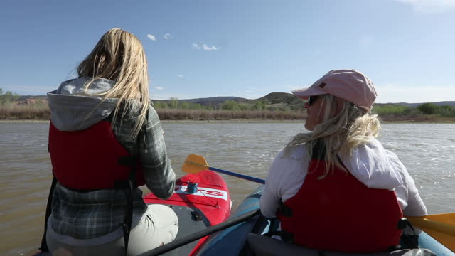 stockvideo's en b-roll-footage met pov perspectief van vrouwen die op boten in medio-rivier, op de rivier van colorado ontspannen - minder dan 10 seconden