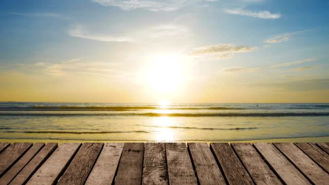 vídeos de stock, filmes e b-roll de madeira de perspectiva terraço ao fundo da praia - rústico