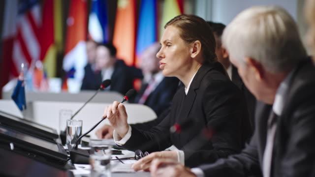 vídeos y material grabado en eventos de stock de política femenina persuasiva - político