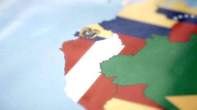 Fronteras de Perú con la bandera nacional en el mapa del mundo - vídeo