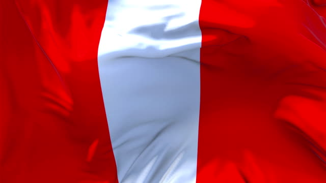 Perú bandera ondeando en el viento lenta animación. 4K bandera de textura de tela realista suave que sopla sobre un día de viento continuo fondo de bucle sin fisuras. - vídeo