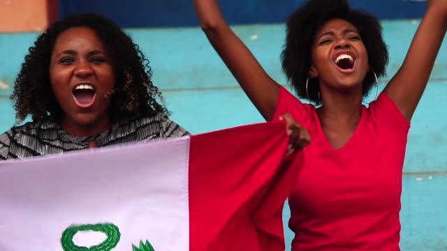 Fans peruanos viendo un partido de fútbol - vídeo