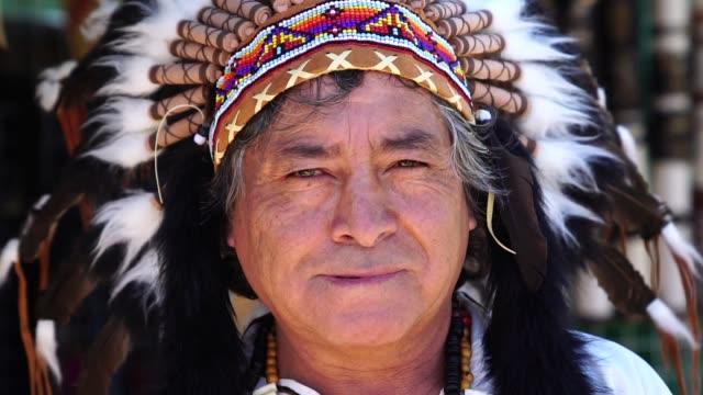 peruanischen mann mit traditioneller kleidung - stamm stock-videos und b-roll-filmmaterial
