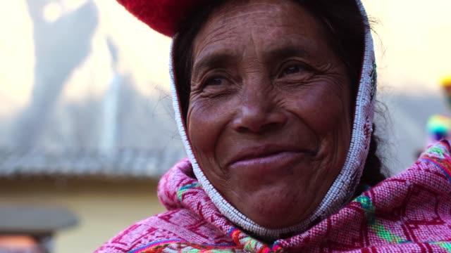 peruanische frau portrait - peru stock-videos und b-roll-filmmaterial