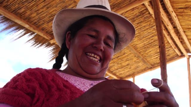 stockvideo's en b-roll-footage met peruaanse jonge vrouw weven - latijns amerikaanse en hispanic etniciteiten