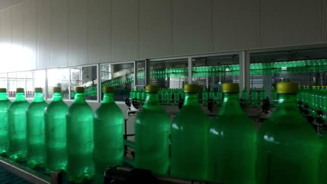 pet-flaskor på produktionslinjer - pet bottles bildbanksvideor och videomaterial från bakom kulisserna