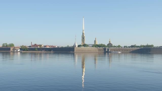 peter och paul fortress och floden neva tidigt på morgonen - st. petersburg, ryssland - peter and paul cathedral bildbanksvideor och videomaterial från bakom kulisserna