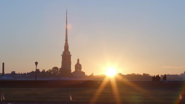 peter och paul fortress och spotta i vasilievsky island på en soluppgång sommaren - st. petersburg, ryssland - peter and paul cathedral bildbanksvideor och videomaterial från bakom kulisserna