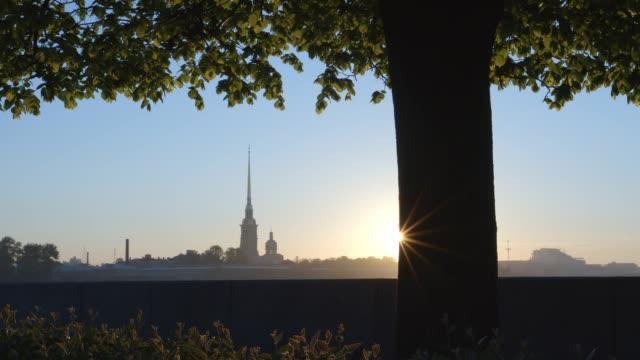 peter och paul fortress och träd på spotta av ön vasilievsky på en soluppgång - st. petersburg, ryssland - peter and paul cathedral bildbanksvideor och videomaterial från bakom kulisserna