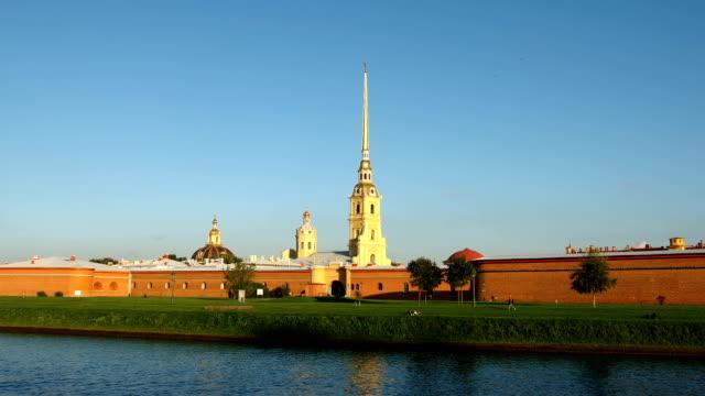 peter och paul fortress i solnedgången i sommaren - st. petersburg, ryssland - peter and paul cathedral bildbanksvideor och videomaterial från bakom kulisserna