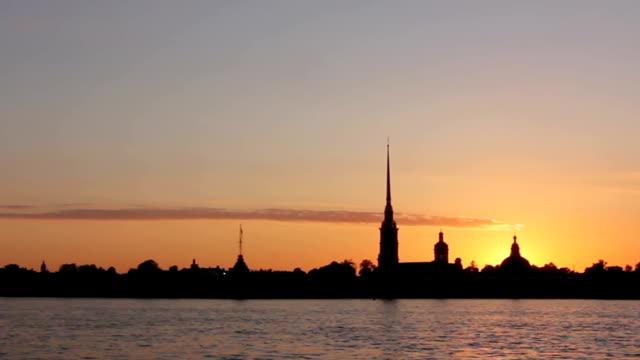 silhouette della fortezza di pietro e paolo al tramonto, san pietroburgo - peter the apostle video stock e b–roll