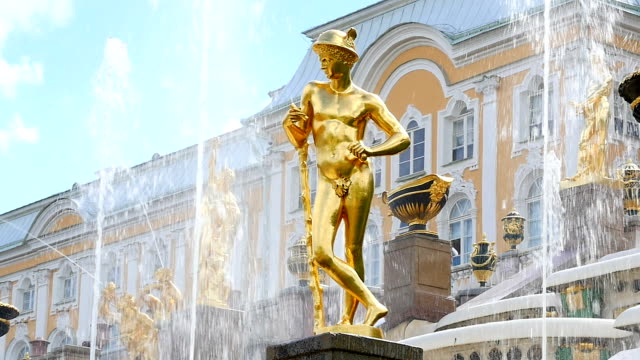 peterhof.fountains.statues.slow motion.saint petersburg - san pietroburgo russia video stock e b–roll