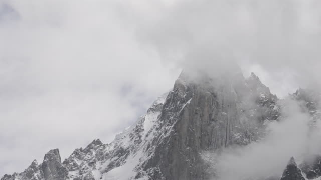 petit dru parete occidentale nel cloud - monte bianco video stock e b–roll