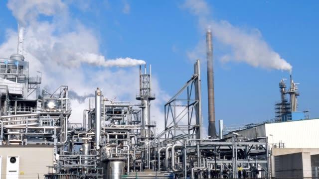 stockvideo's en b-roll-footage met petrochemische plant met vele schoorstenen met dikke rook - chemische fabriek