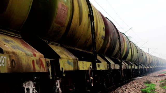 Benzine trein langs spoorwegstation video