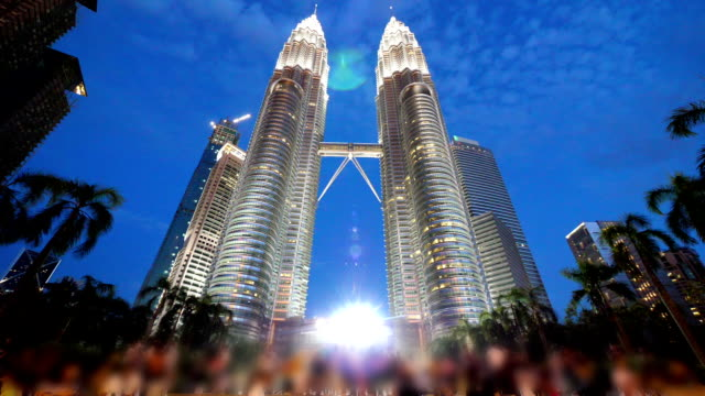 petronas towers i kualalumpur - petronas twin towers bildbanksvideor och videomaterial från bakom kulisserna